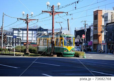 鹿児島駅と電車が走るのどかな風景 73682768