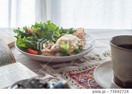 朝食としてテーブルの上に置いてあるエッグベネディクト(横) 73692728