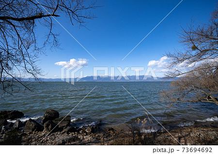 長命寺湖岸から見る対岸の雪の比良山系と琵琶湖 73694692