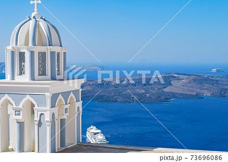 【ギリシャ】サントリーニ島の鐘楼とエーゲ海 73696086