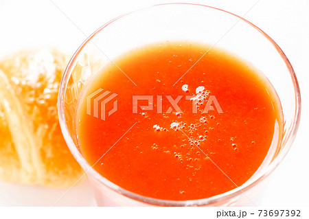 グラスに入れられたトマトジュース。 73697392