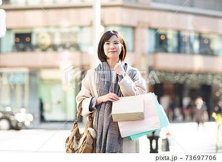 買い物を楽しむかわいい女性 73697706