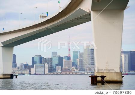 首都高速11号台場線と東京タワーのある風景 73697880