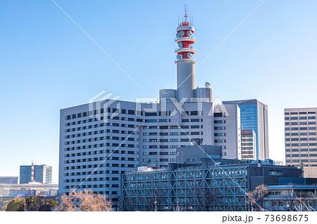 「東京都」警視庁庁舎と快晴の青空 73698675