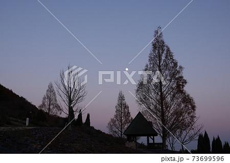 あすたむらんど徳島の夕暮れと満月 73699596