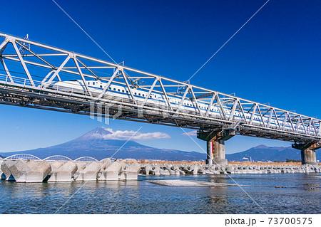 (静岡県)富士山を背に、富士川鉄橋を走る新幹線 73700575