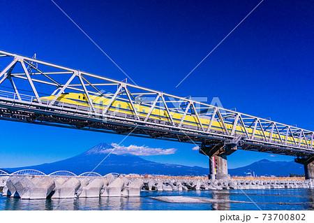 (静岡県)富士山を背に、富士川鉄橋を走る新幹線ドクターイエロー 73700802