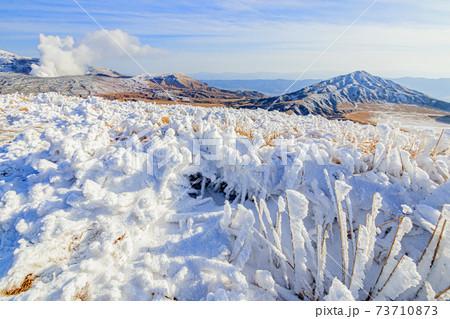 杵島岳山頂から見た冬の烏帽子岳と阿蘇山と霧氷 熊本県阿蘇市 73710873