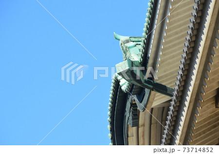 名古屋城の天守閣・昼間の月(愛知県名古屋市) 73714852