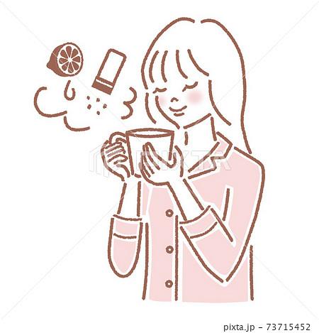 レモン・岩塩入りの白湯を飲む女性 73715452