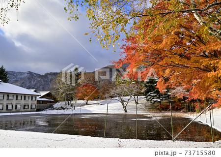 十和田湖畔リゾートホテルの紅葉と初雪 73715580