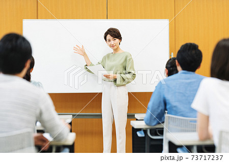 セミナーで話す女性講師 73717237