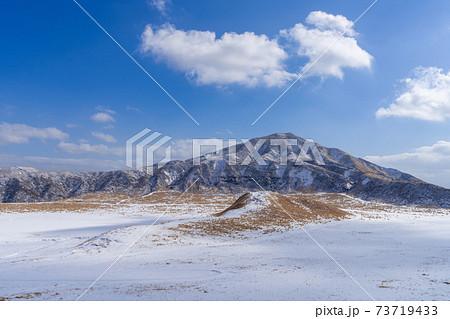 雪の阿蘇山(あそさん)草千里展望所から撮影 熊本県阿蘇地方 73719433