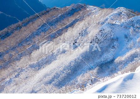 初冬の燕岳山頂付近から見た雪山の稜線 【長野県】 73720012