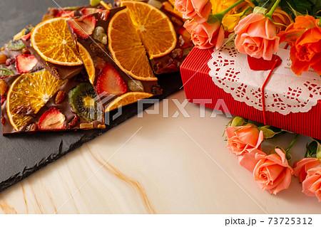 薔薇とドライフルーツチョコレートバークとギフトボックス 73725312