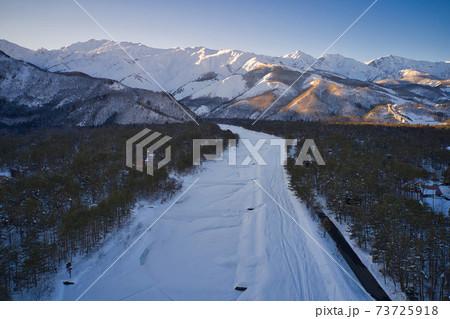 真冬の平川と白馬連山の雄大な眺め 長野県白馬村(ドローンによる空撮) 73725918