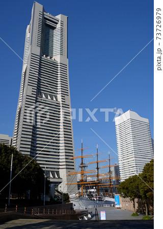 横浜市、日本丸とランドマークタワー 73726979