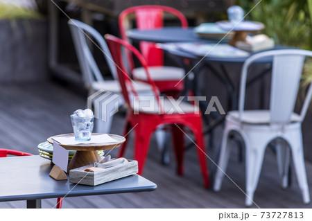 カフェテラスのテーブルの上のカトラリー 73727813