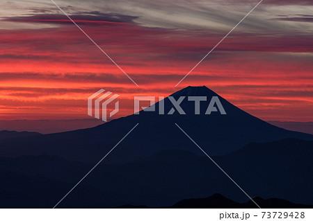 南アルプス 農鳥岳から望む朝焼け富士山 73729428