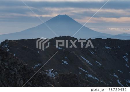 南アルプス 西農鳥岳から望む農鳥岳山頂と富士山 73729432