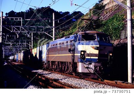 1997年 朝の東海道線を行くEF668コンテナ貨物列車 73730751