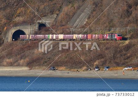 晩秋の北海道豊浦町の海岸線を行く貨物列車 73733012