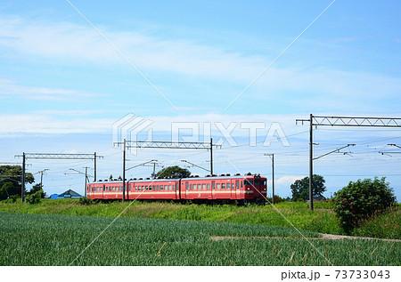 夏空の下の函館本線を行く普通列車 73733043