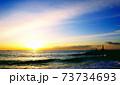 朝焼けの小田原御幸が浜海岸と堤防と灯台 73734693