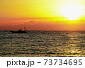 朝焼けの海と漁船のシルエット 73734695