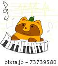 ピアノを弾いて作曲をする可愛いタヌキ 73739580