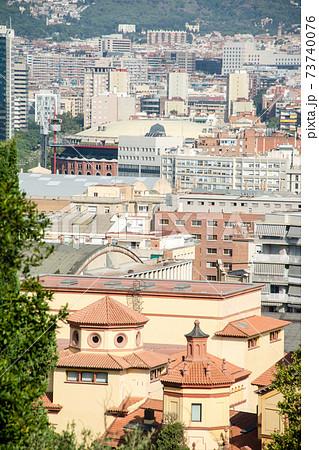 丘の上から見下ろすスペインバルセロナの街並み 73740076