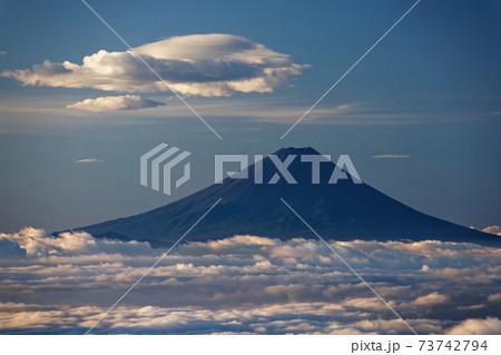 八ヶ岳連峰・前三ツ頭から見る朝の富士山と雲海 73742794