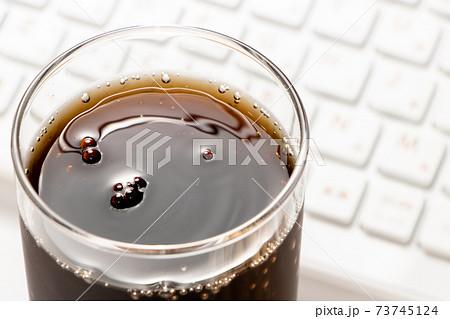 コークハイ。写真奥にはキーボード。オンライン飲み会イメージ。 73745124