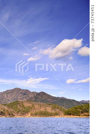快晴の空と御坂の山並みと河口湖畔 73745451