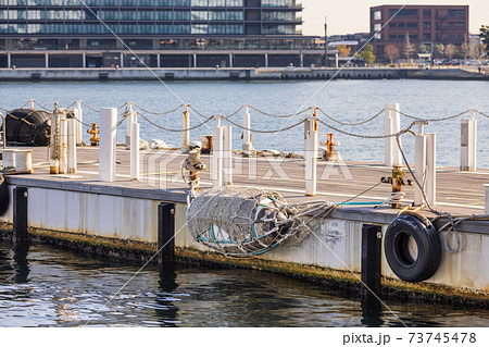 小型船用の浮き桟橋と装備された防舷材 73745478