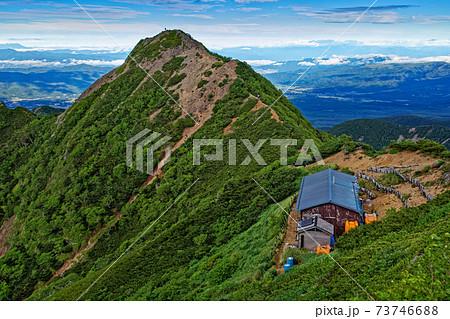 八ヶ岳連峰・権現小屋とギボウシの岩峰 73746688