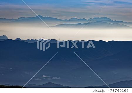 八ヶ岳連峰・権現岳稜線から遠望する日光の山並み 73749165