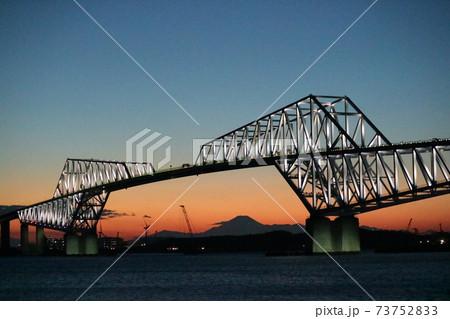夕焼けに光りだす東京ゲートブリッジ 73752833
