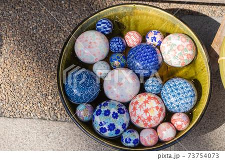 涼し気な水に浮いた陶器製の浮き球 73754073