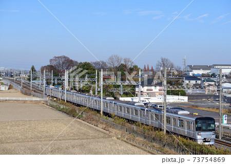 郊外を走る東京メトロ13000系電車 73754869