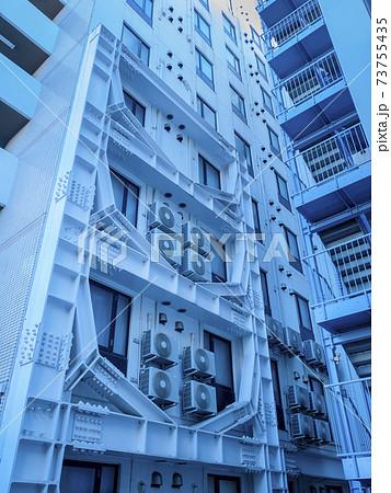 外壁に耐震工事の施工を行ったビル 73755435