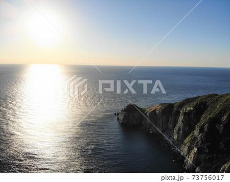 東シナ海をのぞむ白亜の大瀬崎灯台(空撮) 73756017