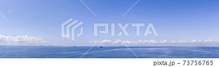 青空と海の背景素材 東京湾のパノラマ 73756765