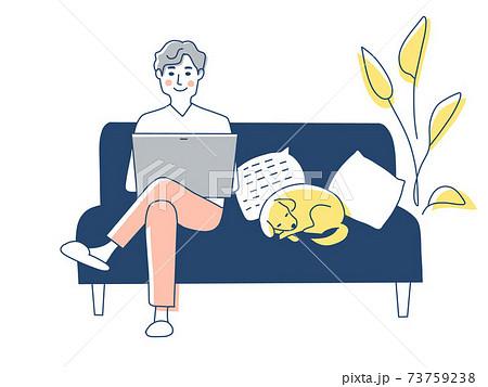 ソファーでノートパソコンを操作する男性 73759238