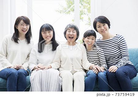 女性のみの家族 ファミリー 親子 3世代イメージ 73759419
