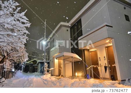 埼玉県入間市の住宅街に、雪が積もる夜の情景 73762477