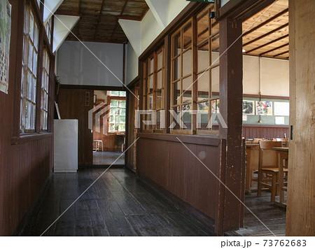 懐かしいレトロな木造校舎の分校、廊下と教室 73762683