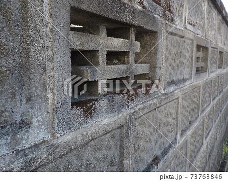 古い街並みに残された透かしブロックとブロック塀 73763846