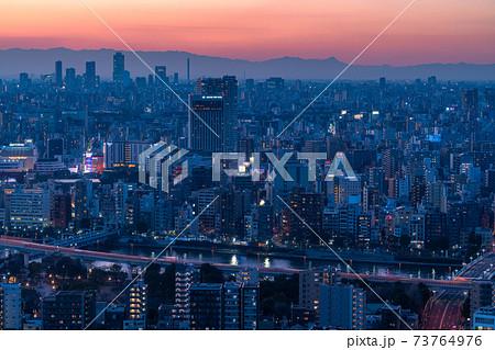 《東京都》東京の夜景・浅草周辺の街並み 73764976