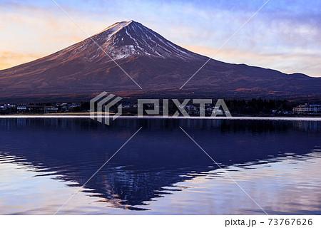 夜明けの河口湖と紅富士と逆さ富士 73767626